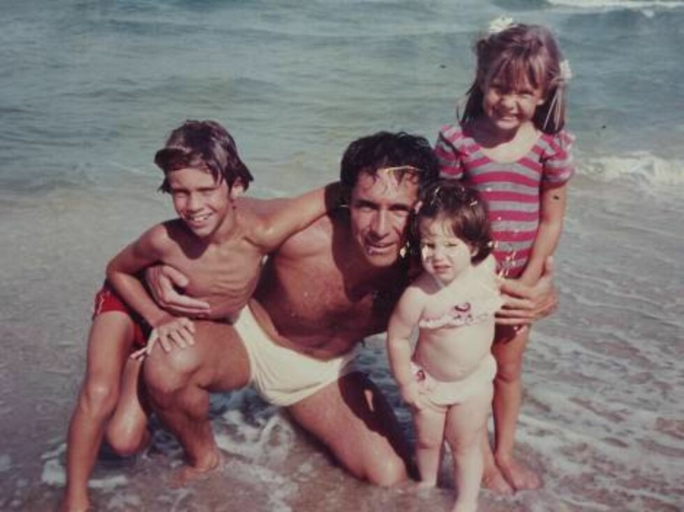 FILE: Hudson family album. Collect picture showing Kate Hudson aged 6 years, her father Bill her sister Emily and her brother Oliver in Hawaii  Photo: DR Code: 3011  COPYRIGHT STELLA PICTURES Foto: Stella Pictures
