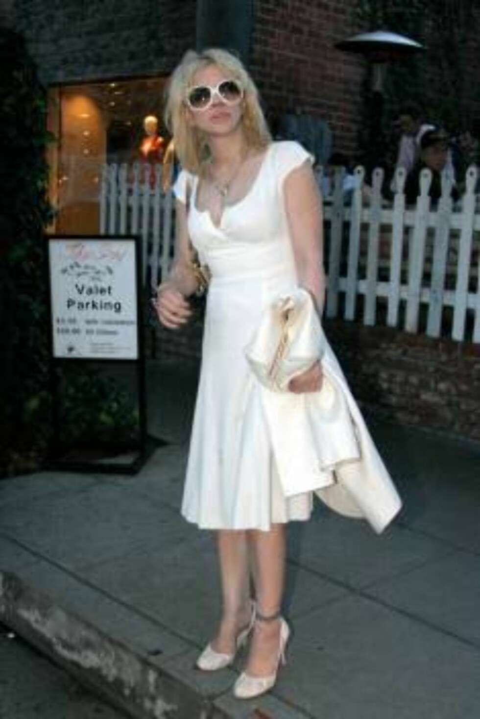 Courtney Love in white waiting at the Ivy restaurant March 22, 2006 X17agency exclusive / ALL OVER PRESS Foto: All Over Press
