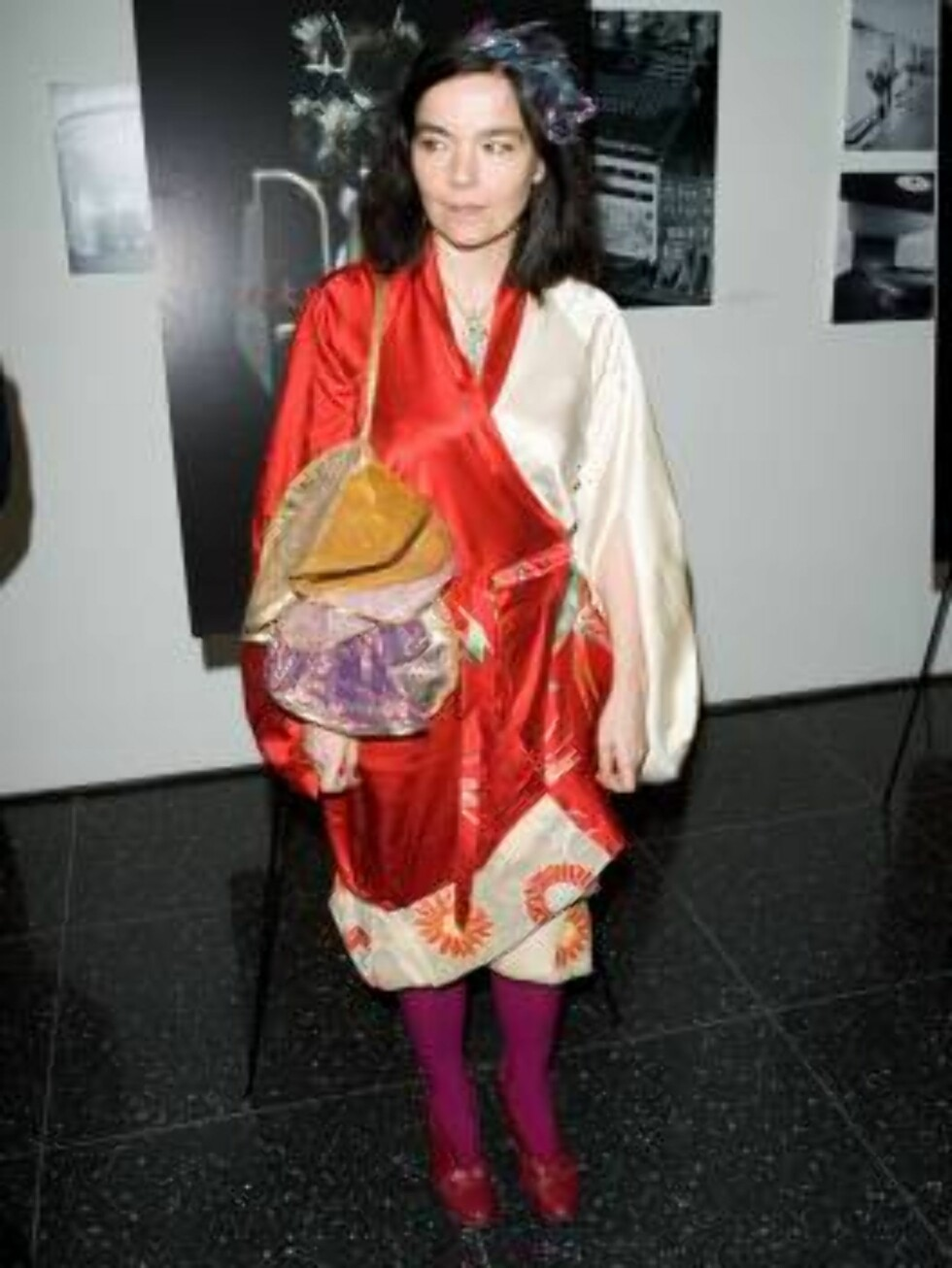 """NEW YORK - MARCH 28:  Singer Bjork arrives at the IFC Films premiere of """"Drawing Restraint 9"""" at MoMA March 28, 2006 in New York City.  (Photo by Mat Szwajkos/Getty Images) *** Local Caption *** Bjork  * SPECIAL INSTRUCTIONS:  * *OBJECT NAME: 57171180MS00 Foto: All Over Press"""