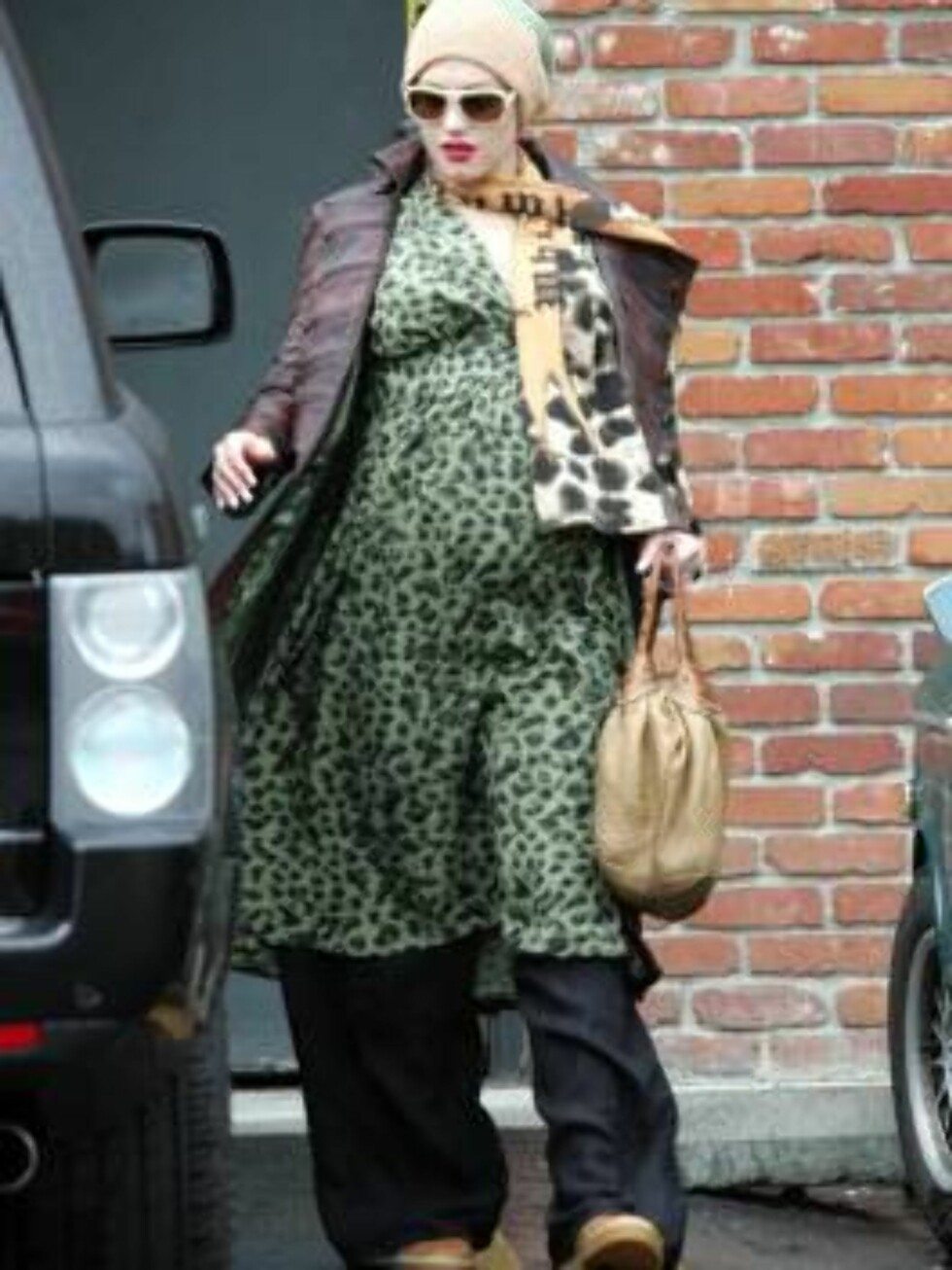 Pregnant Gwen Stefani is experimenting extreme leopard funky maternity style in Los Feliz, California. April 14, 2006 X17agency EXCLUSIVE / ALL OVER PRESS Foto: All Over Press
