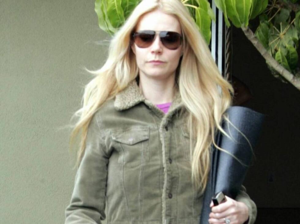 DEKKER SEG TIL: Det er tydelig at Gwyneth ikke er fornøyd med kroppen sin. Foto: All Over Press