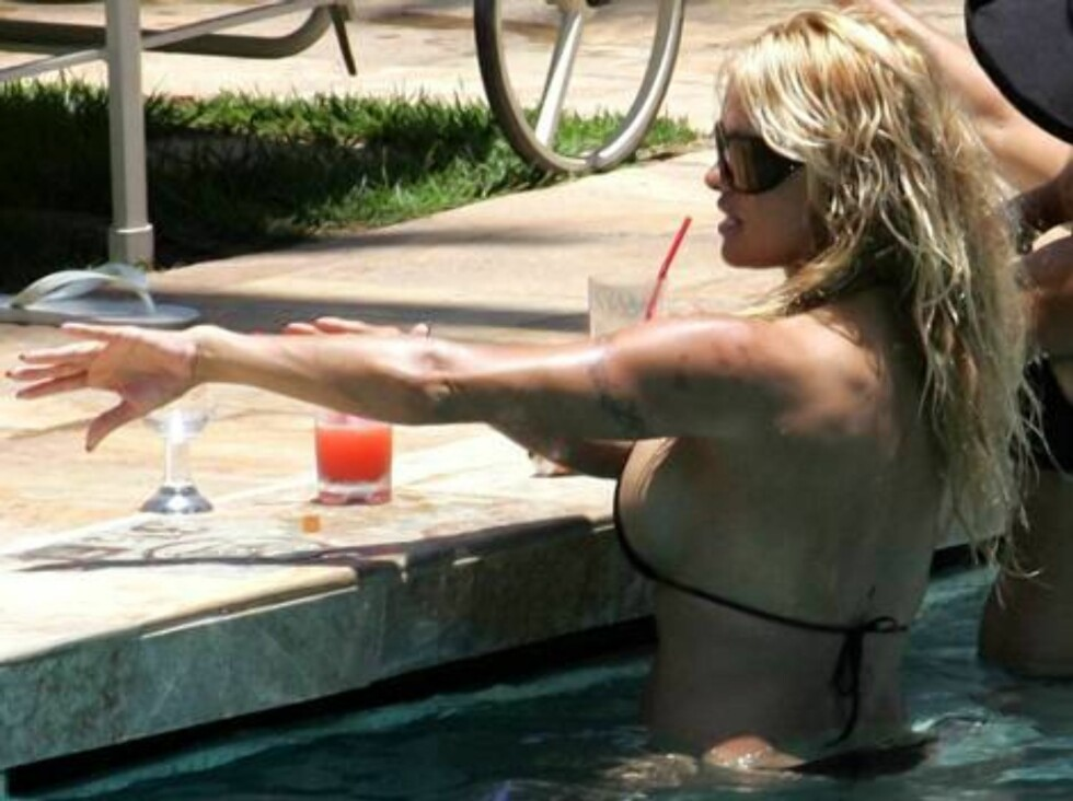 Code: X17XX8 - AC, Maui, USA, 10.07.2005: Pamela Anderson reunites with ex-husband Tommy Lee for a sexy getaway in Maui, Hawaii.  The busty mom enjoyed some drinks by the pool while playing with sons Brandon and Dylan -- she was in such good spirits she e Foto: All Over Press