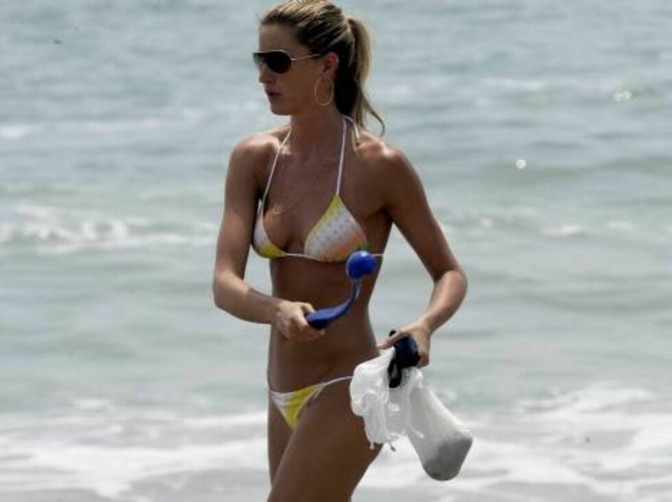 Leonardo DiCaprio's brother Adam is walking with his on and off  brother' s girlfriend Gisele Bundchen on the beach in Malibu walking her dogs July 26, 2006 X17agency exclusive Foto: All Over Press