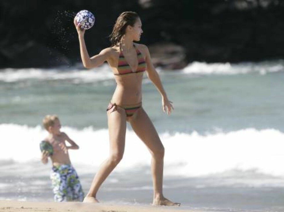 Jessica Alba enjoying the beach in Maui where she spends time with boyfriend Cash Warren. January 2, 2006 X17agency EXCLUSIVE / ALL OVER PRESS Foto: All Over Press