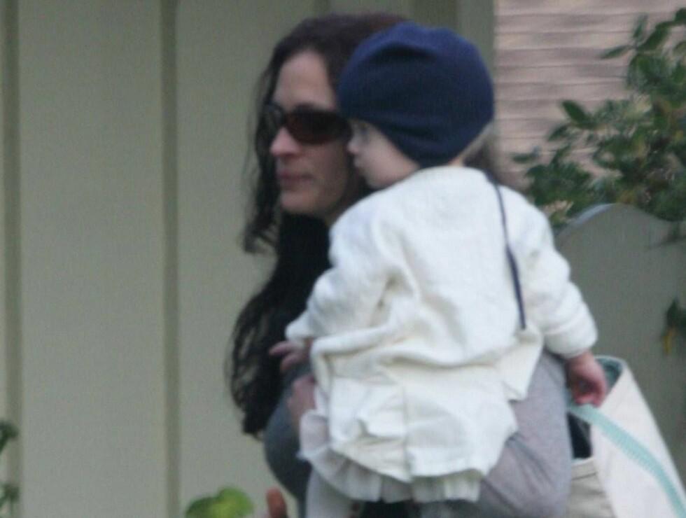 MORSLYKKE: Julia viser stolt fram barna for pressen - i motsetning til Hollywoodkollega Tom Cruise. Her er hun med datteren Hazel. Foto: All Over Press