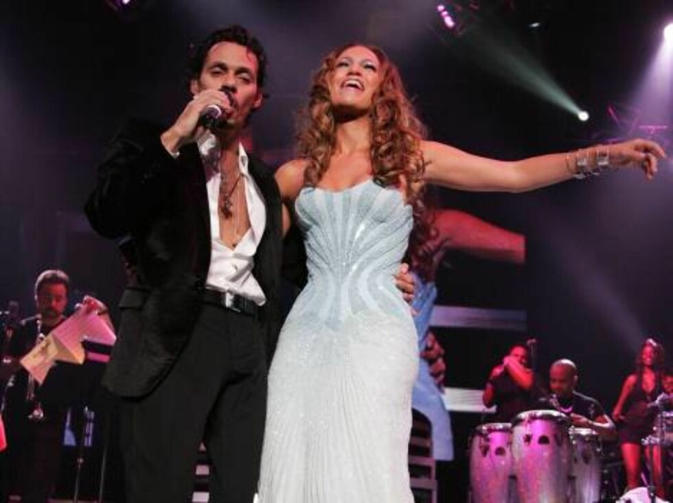NEW YORK - AUGUST 09:  Musicians Marc Anthony and Jennifer Lopez perform live on stage during the Juntos Tour concert at Madison Square Garden on August 9, 2006 in New York City.  (Photo by Bryan Bedder/Getty Images) *** Local Caption *** Marc Anthony;Jen Foto: All Over Press