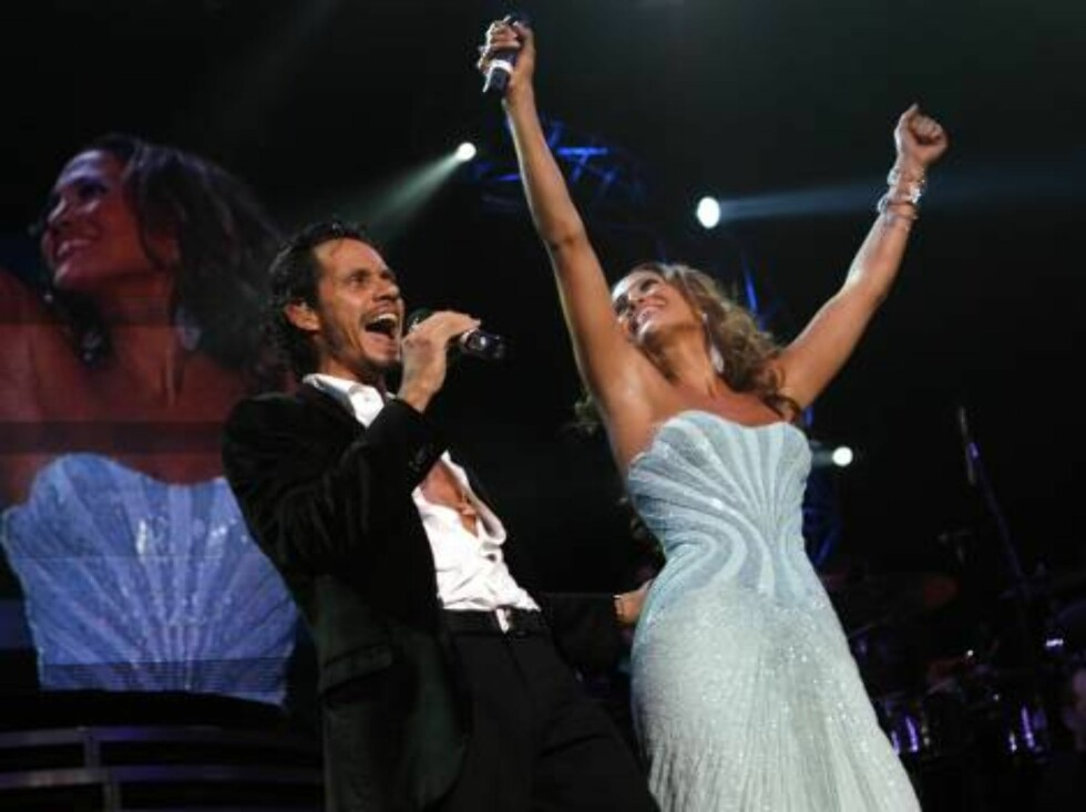 Marc Anthony, left, and his wife Jennifer Lopez perform together during Juntos En Concierto at Madison Square Garden Wednesday, Aug. 9, 2006 in New York.  (AP Photo/Jason DeCrow) Foto: AP/Scanpix