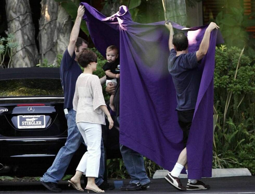 DEKKET TIL: Sean Preston fikk en skikkelig solskjerming da han var ute med mamma... Foto: All Over Press