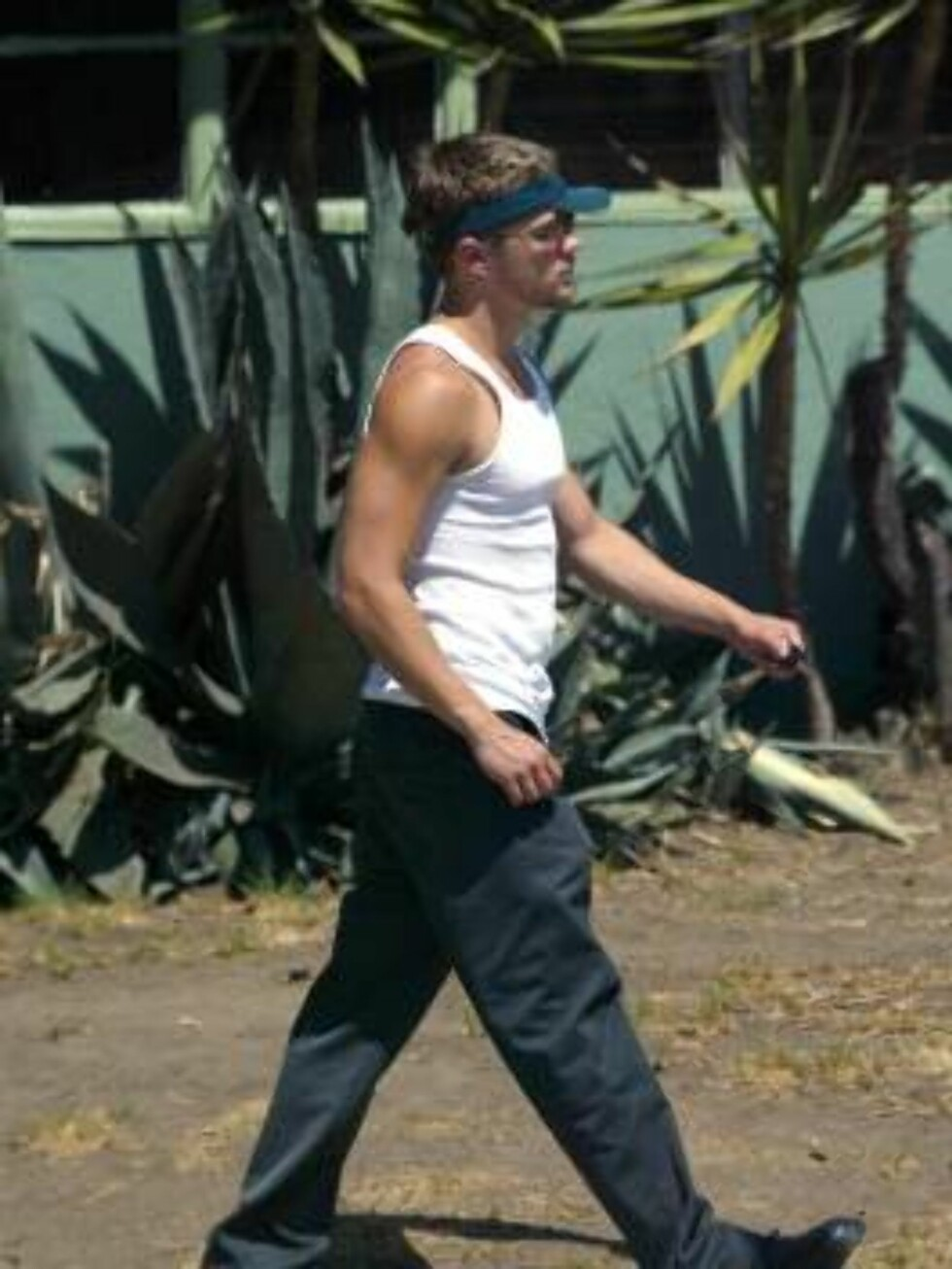 LOS ANGELES 020911 - Ryan Phillippe walking in Hollywood with a new beard.   PHOTO: Fame Pictures Code: 4002  COPYRIGHT STELLA PICTURES Foto: Stella Pictures