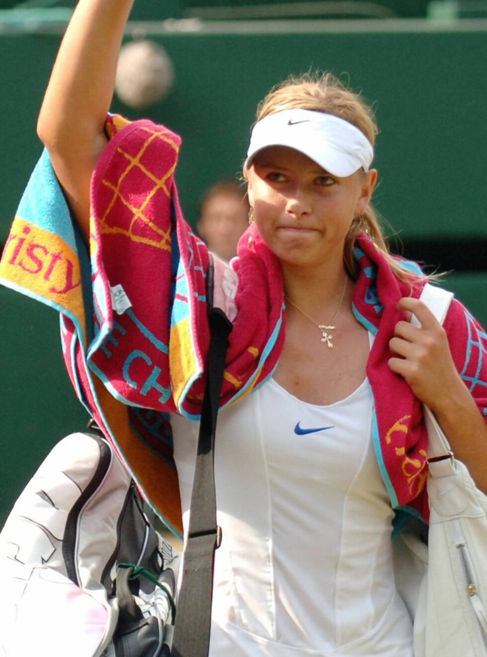 Maria Sharapova waves to the crowd after her Women's Singles semifinal match against Amelie Mauresmo of France, on Wimbledon's Centre Court, Thursday, July 6, 2006. Mauresmo won the match 6-3, 3-6, 6-2. (AP Photo/Rebecca Naden, Pool) Foto: AP