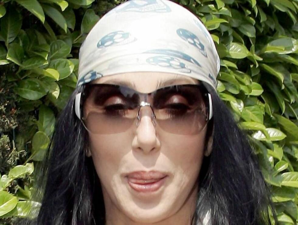 NY STIL: Med store solbriller, hodeskjerf og ravnsvart flagrende hår, lignet Cher en gammel hippie. Artisten har tatt utallige ansiktsløftninger opp gjennom årene.