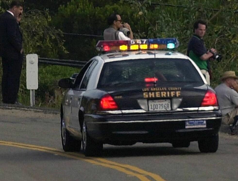 FYLLEVEI: Politiet har nok å gjøre langs motorveien i Malibu. Foto: AP