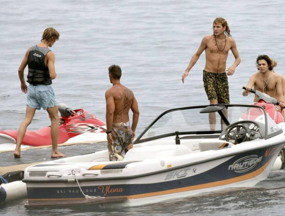 BADEGLEDE: Casiraghi-brødrene tok med seg kompisene ut på sjøen - kanskje for å imponere damene på land? Foto: Stella Pictures