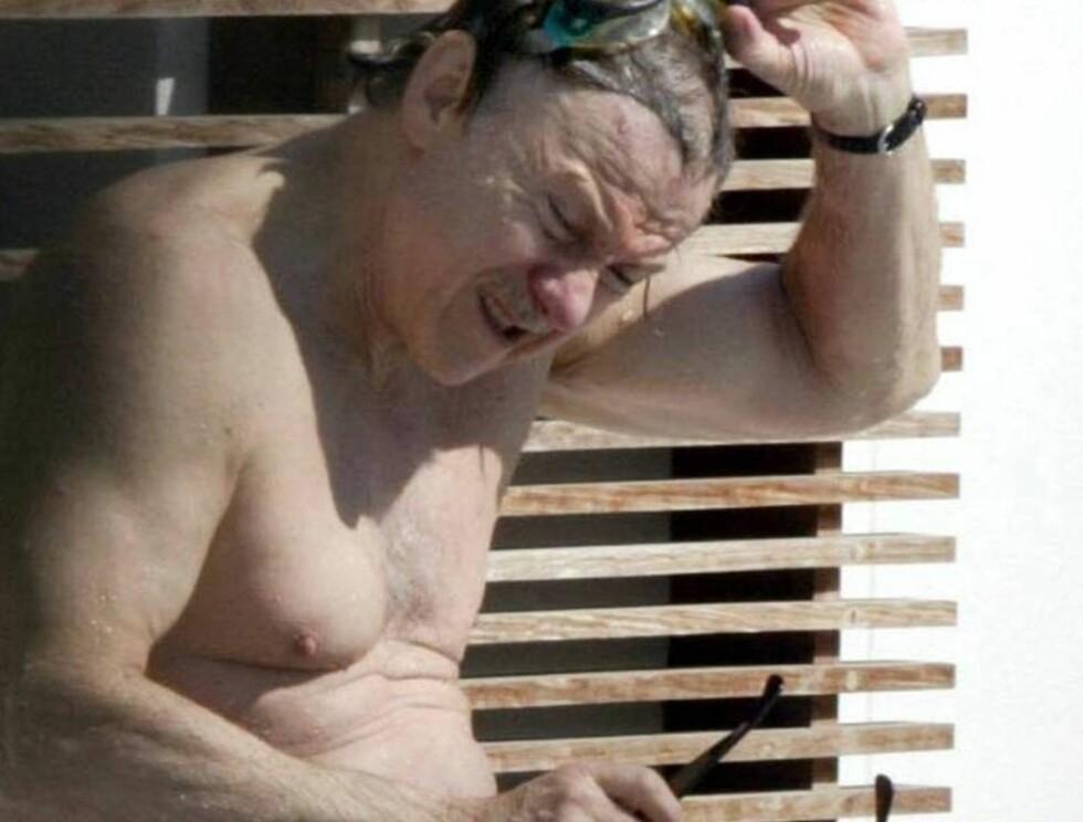 <strong>SETT PÅ MAGEN:</strong> Harvei Keitel brukte svømmebriller mens han plasket i vannet. Kroppsfiguren er ikke som den engang var. Foto: mavrixphoto.com