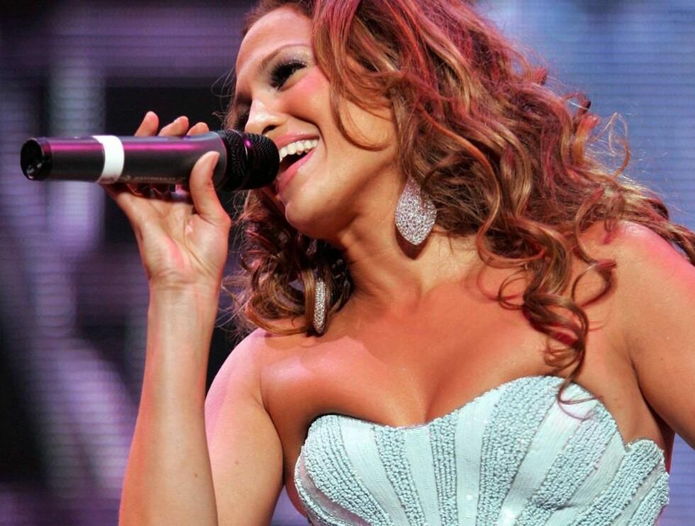GA ALT: Jennifer ga alt på scenen - da hun opptrådde på ektemannens konsert. Foto: All Over Press