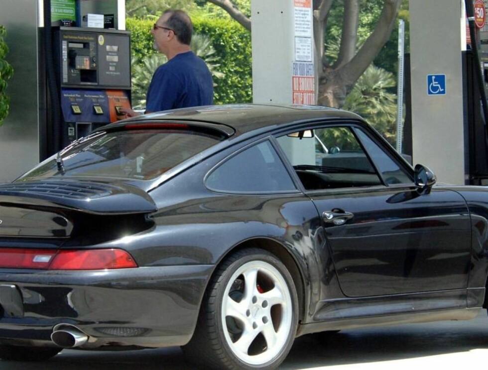 PEN BIL: Kanskje ikke så rart at skuespilleren ville vise frem sin nye bil? Foto: All Over Press