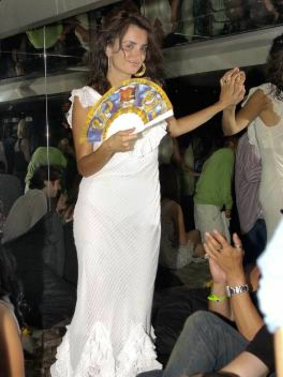 EXCLUSIVE - Penelope Cruz dances at the VIP Room night club to attend the Sean 'P.Diddy' Combs 'Unforgivable' party in Saint-Tropez, France on July 31, 2006. Photo: ABACAPRESS.COM  Code:4001/102741 COPYRIGHT STELLA PICTURES Foto: Stella Pictures