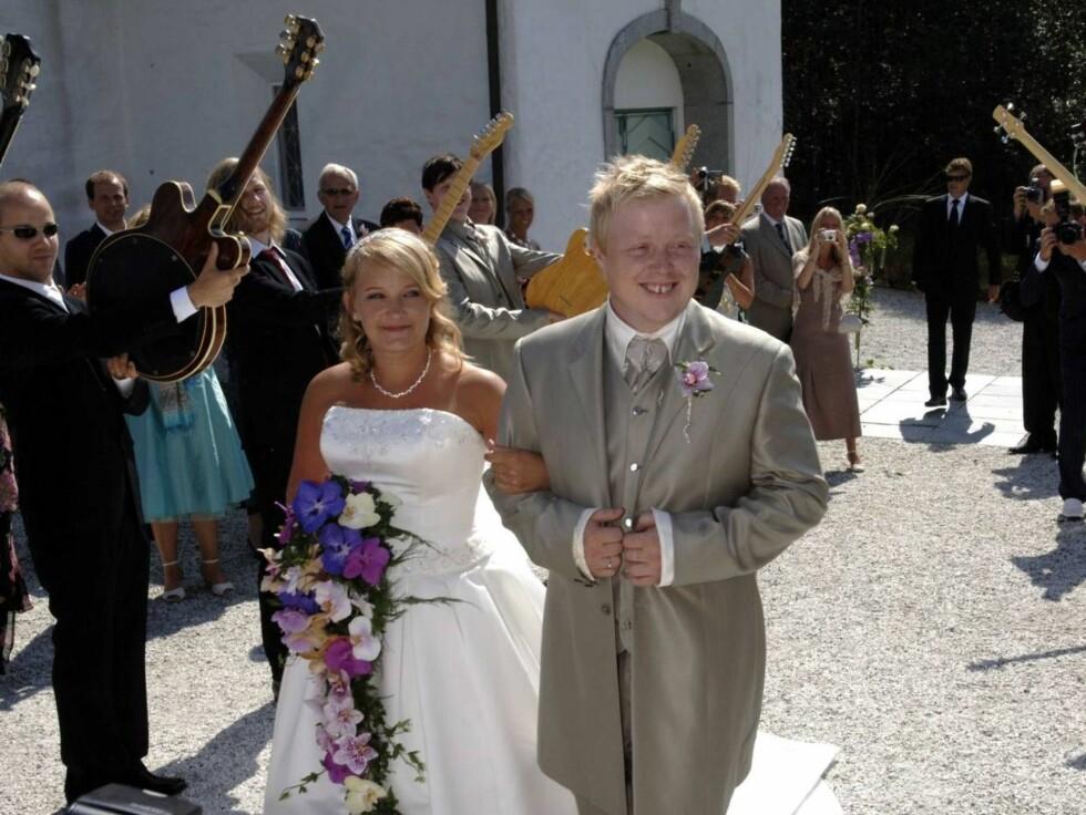 <strong>I MÅL:</strong> Kurt og Kristin strålte om kapp med sola utenfor Gamle Åsane kirke etter vielsen. Foto: Robert S. Eik