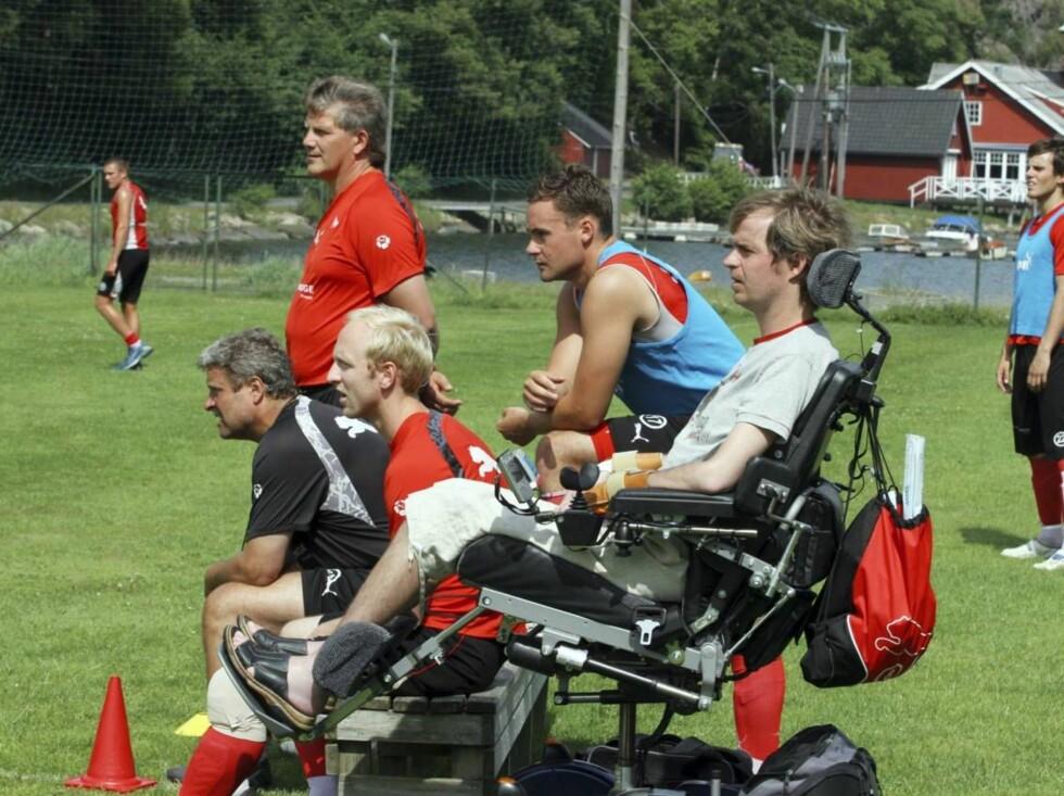 PÅ VEI TILBAKE: Dagfinn Enerly blir oftere og oftere å se i fotballmiljøet igjen. Alle støtter hans tøffe kamp. Foto: Dagfinn Kristiansen Foto: Dagfinn Kristiansen