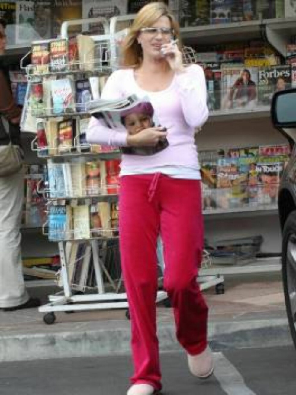 """""""Desperate Housewives"""" star Nicollette Sheridan stocks up on magazine at a Malibu newsstand.  The actress bought a stack of reading material to take to the set of her new hit show.  October 17, 2004.  Exclusive X17agency.com / ALL OVER PRESS Foto: All Over Press"""