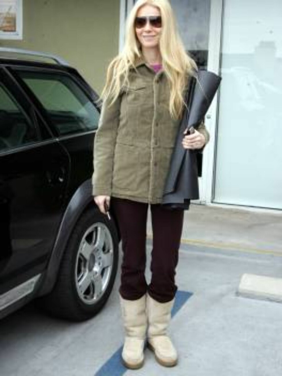Gwyneth Paltrow going to yoga class in Santa Monica wearing uggs and carrying her yoga mat. February 27, 2005 X17agency exclusive  / ALL OVER PRESS Foto: All Over Press