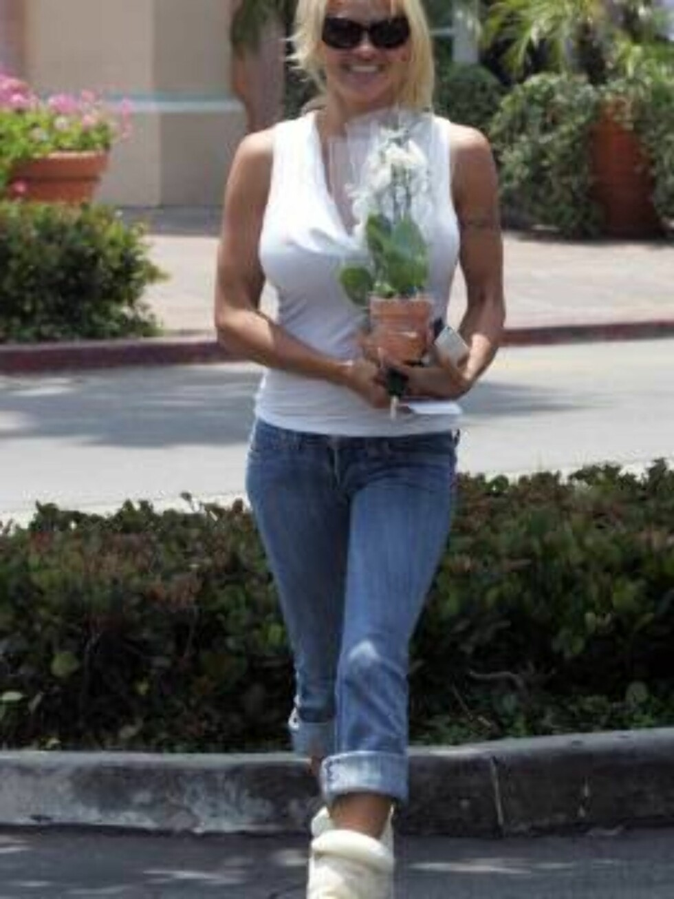 Pamela Anderson carrying a flower in Malibu june 29, 206 X17agency exclusive Foto: All Over Press