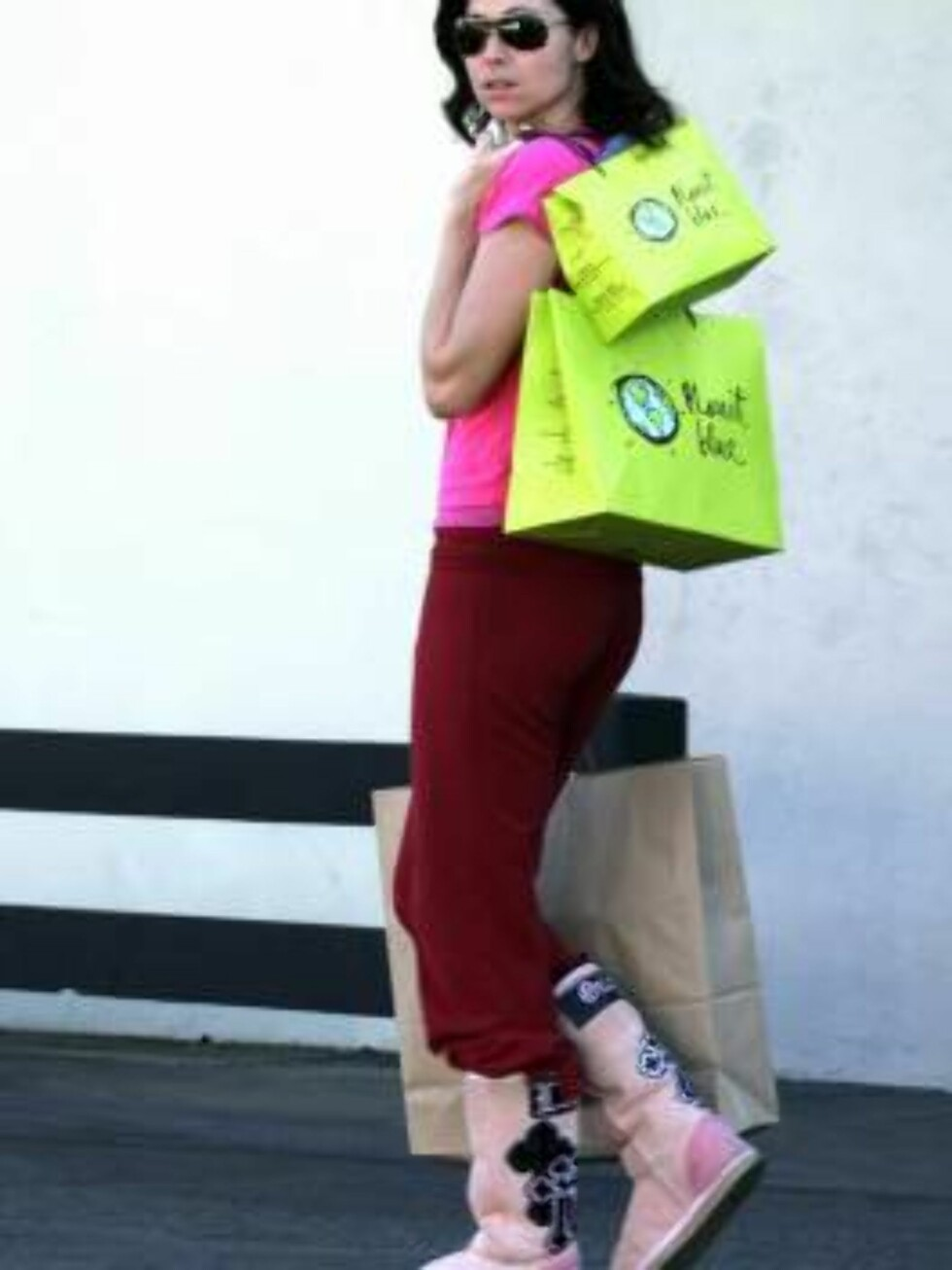 Code: X17XX8 - no code, Malibu, USA, 11.01.2005: Minnie Driver wears pink while shopping at Planet Blue in Malibu.  She sported pink Uggs with wine-colored sweatpants and a hot pink baby-T.  All Over Press / X17 Picture Agency   EXCLUSIVE / ALL OVER P Foto: All Over Press