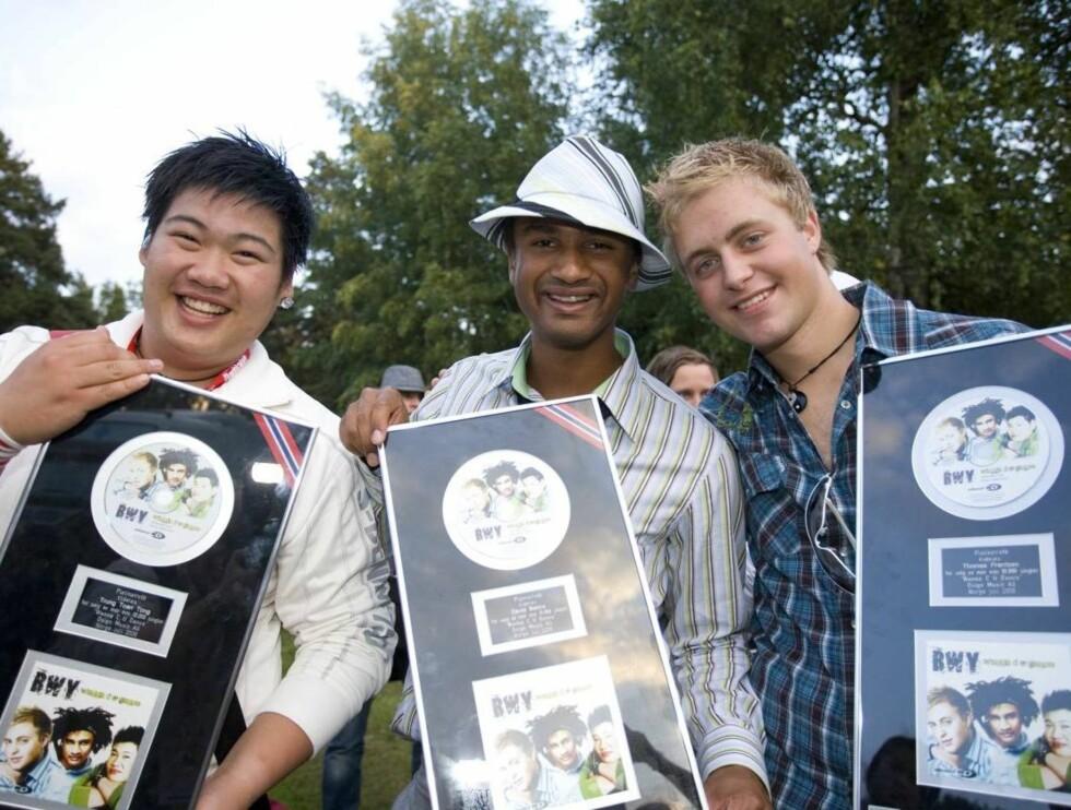 """STRÅLENDE FORNØYD: Gutta viste stolt frem beviset på at singelen """" I wanna see you dance"""" har solgt til platina. Foto: Fotograf Tor Lindseth"""