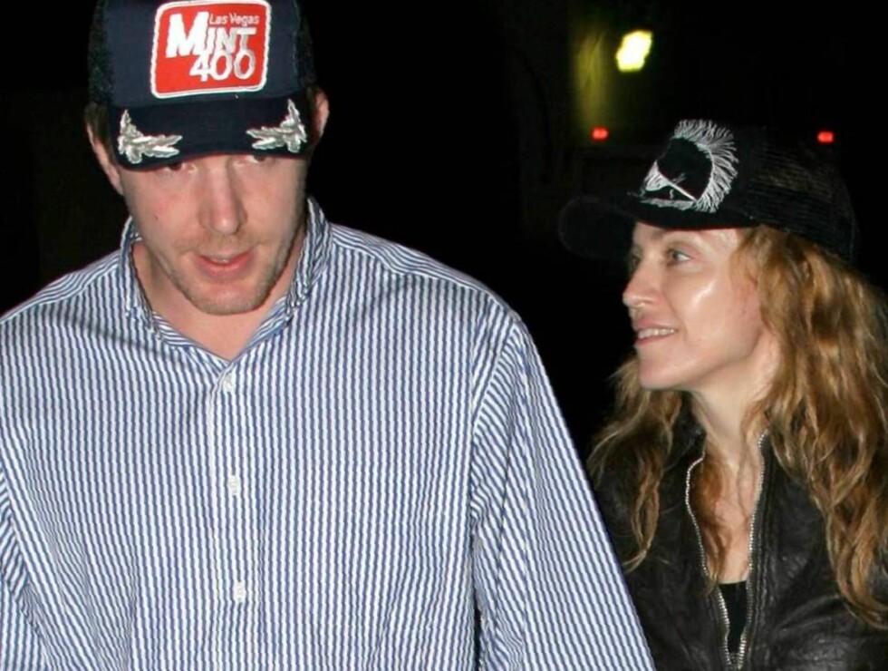 FORELSKET: Madonna og Guy vil vise sin kjærlighet med et nytt bryllup. Foto: All Over Press