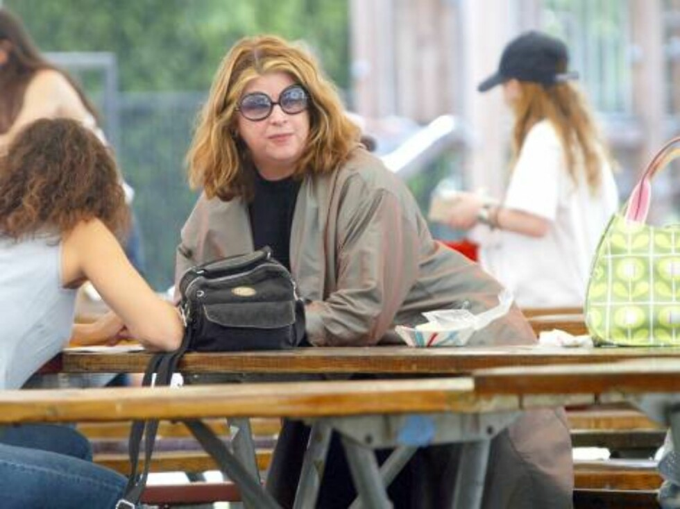 LOS ANGELES 030518 - Kirstie Alley looks like she has gained a lot of weight. Kirstie takes her daughter to a Carnival in the Valley. Kirstie snacks on some fast food while her daughter plays. Then they go to LAX to board a plane.   PHOTO: Fame Pictures C Foto: Stella Pictures