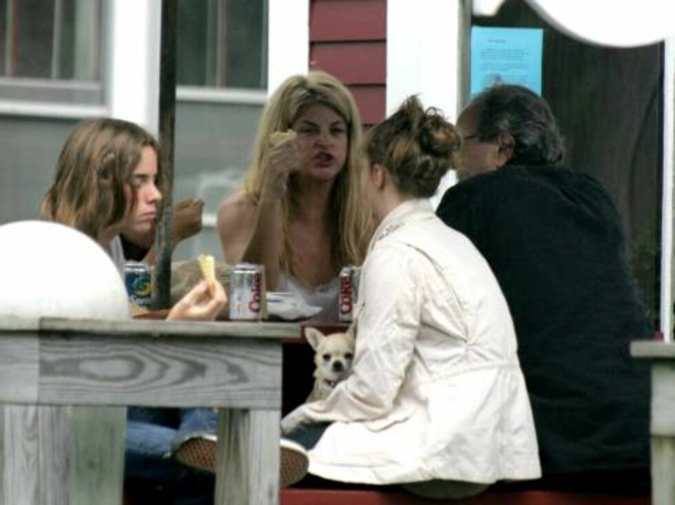 USA 2006-08-03  ***EXCLUSIVE***  Does Kirstie Alley's new diet include ice cream? Kirstie chomps away happily on her ice cream cone while talking animatedly with friends as she and her kids grab a bite to eat. The actress's weight loss has taken a turn to Foto: STELLA PICTURES