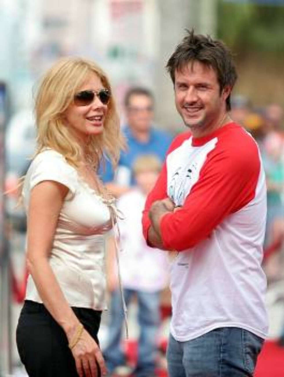 """Rosanna Arquette has a chat with brother David Arquette as they arrives at the premiere of """"Barnyard"""" at the Cinerama Dome in Los Angeles Sunday, July 30, 2006. (AP Photo/Branimir Kvartuc) Foto: AP/Scanpix"""