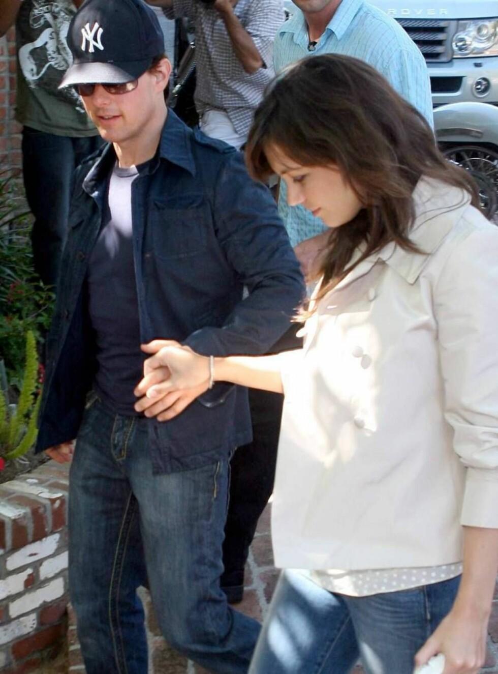 <strong>PERFEKSJONERER:</strong> Tom og Katie øver på å gå ned kirkegulvet. Foto: All Over Press