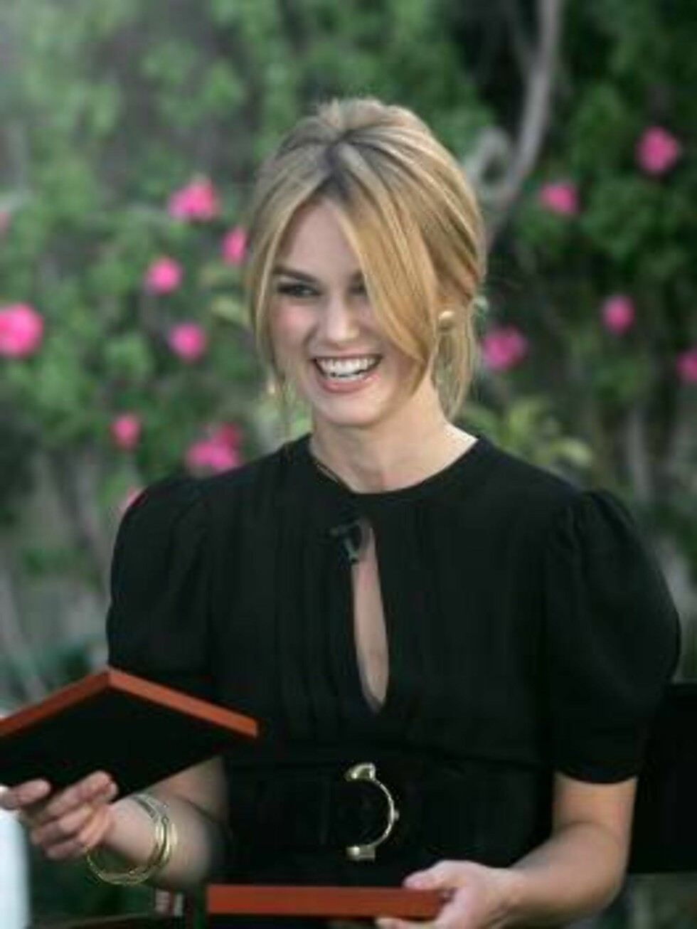 """BEVERLY HILLS, CA - FEBRUARY 13:  Actress Keira Knightley is interviewed at the Access Hollywood """"Kiss For A Cause"""" benefiting the Film Foundation and the Hollywood Museum at the Oscar Nominees Luncheon on February 13, 2006 in Beverly Hills, California. E Foto: All Over Press"""