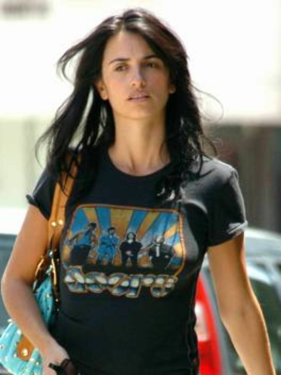 """<strong>Code:</strong> X17XX8 - Bustillos, Beverly Hills, USA, 01.05.2005: Penelope Cruz dresses down to do some shopping in Beverly Hills.  The girlfriend of """"Sahara"""" co-star Matthew McConaughey wore a Doors concert t-shirt and flip flops and entered through the back doo Foto: All Over Press"""