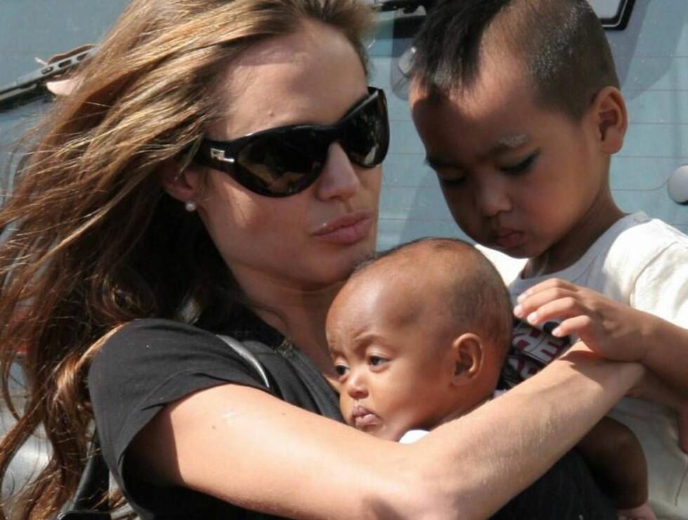 KJÆRESTEN OG ADOPTIVBARNA: Angelina Jolie med barna Maddox og Zahara Foto: All Over Press