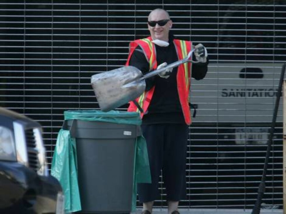 NEW YORK - AUGUST 14:  Musician Boy George, 45, performs his Court ordered community service on August 14, 2006 in New York City. The singer, born George O#2019Dowd, was sentenced to five days working for the NY Dept. of Sanitation after falsely reporting Foto: All Over Press