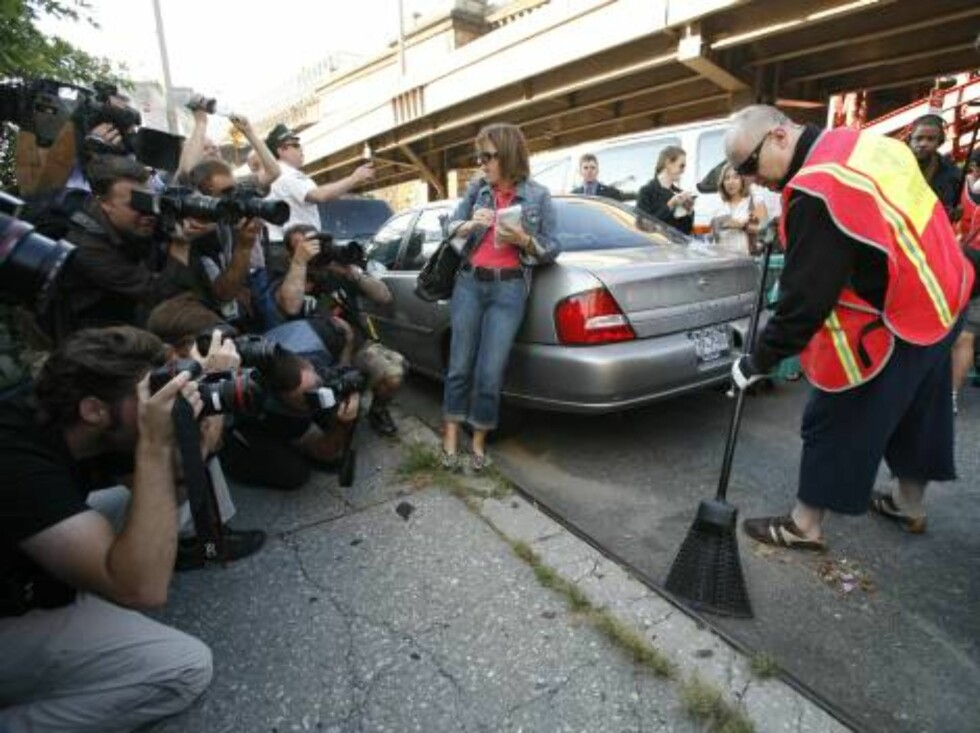Boy George, right, who was born George O'Dowd, is photographed by the press as he sweeps a curb, Monday, Aug. 14, 2006, in New York. The one-time Culture Club singer was ordered to spend five days working for the Department of Sanitation after pleading gu Foto: AP/Scanpix