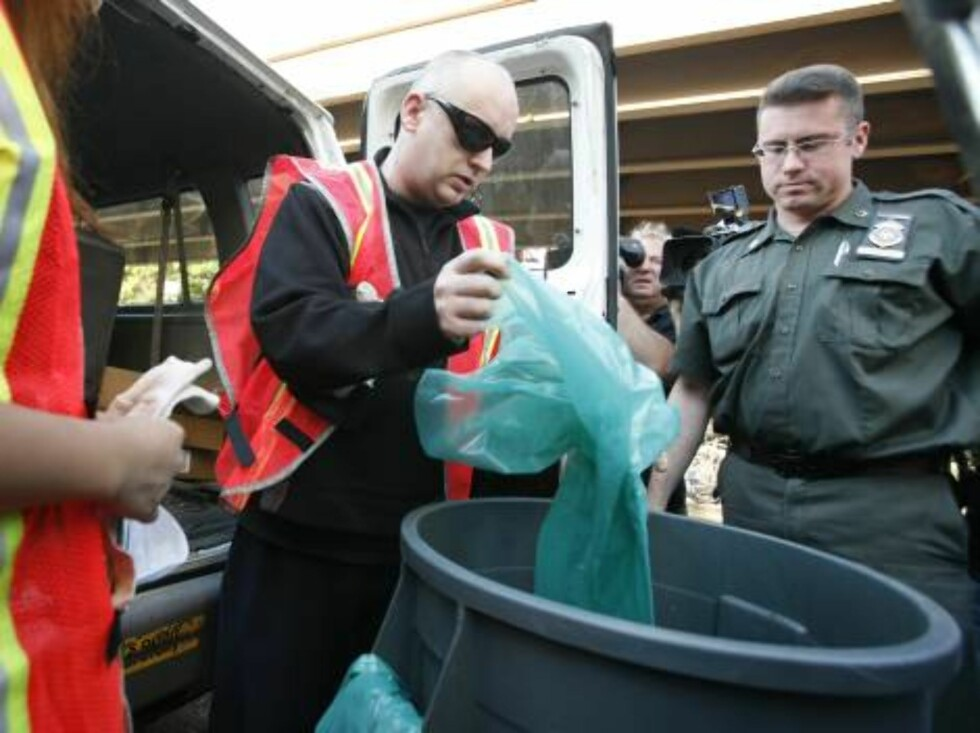 Boy George, center, who was born George O'Dowd, reports for garbage duty, Monday, Aug. 14, 2006, in New York. The one-time Culture Club singer was ordered to spend five days working for the Department of Sanitation after pleading guilty in March to falsel Foto: AP/Scanpix