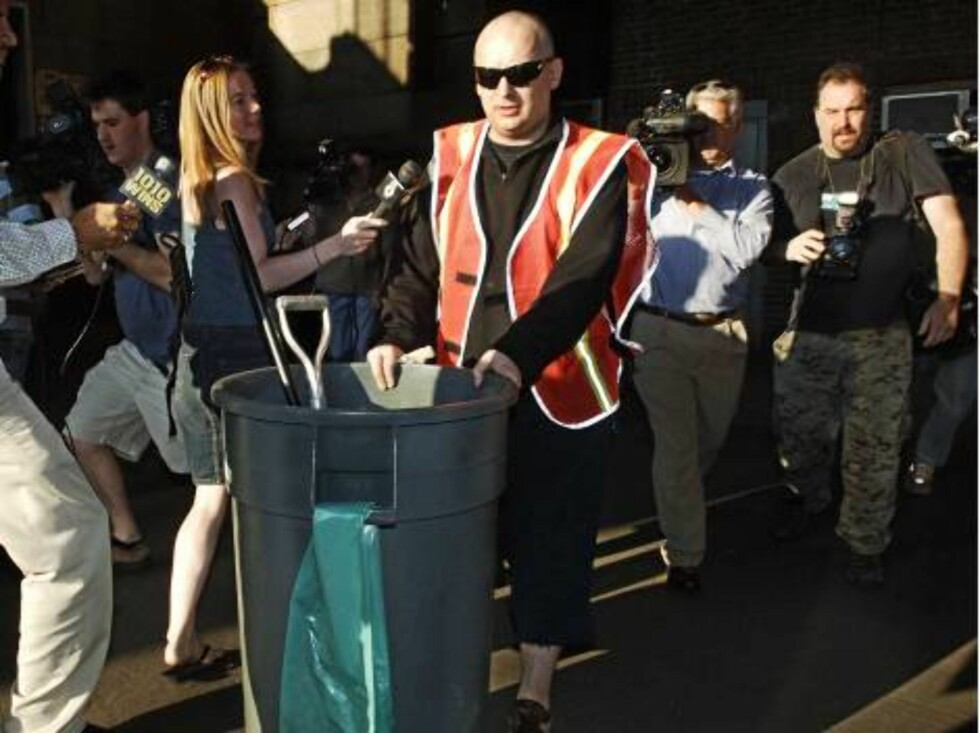 Boy George, who was born George O'Dowd, is photographed by the press as he performs community service, Monday, Aug. 14, 2006, in New York. The one-time Culture Club singer was ordered to spend five days working for the Department of Sanitation after plead Foto: AP/Scanpix
