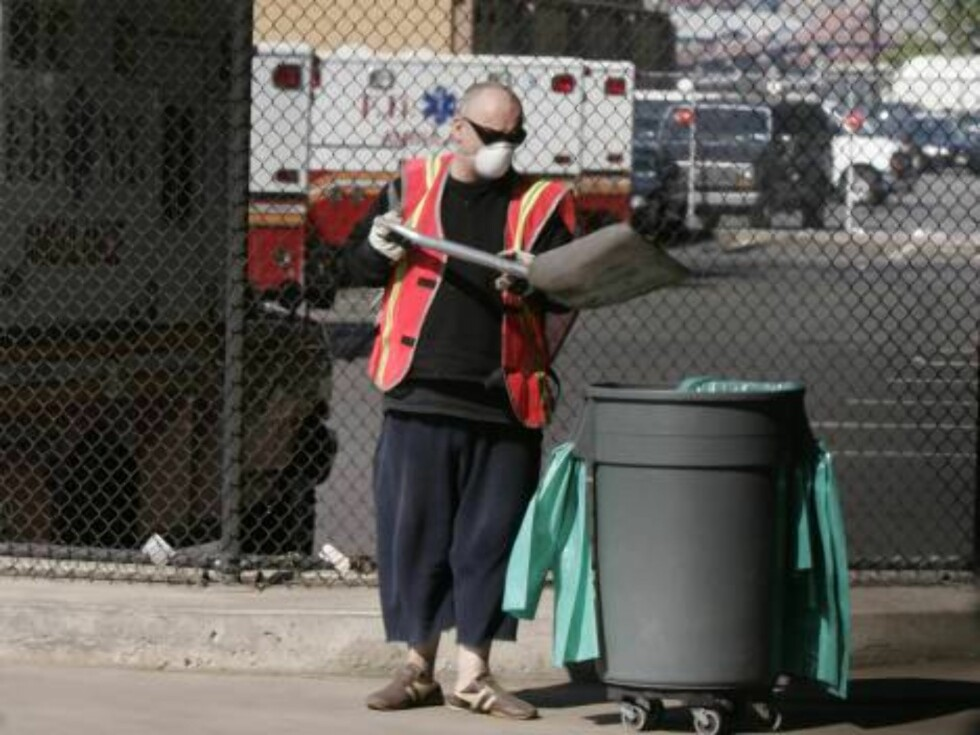 Boy George, who was born George O'Dowd, puts garbage in a can during community service, Monday, Aug. 14, 2006, in New York. The one-time Culture Club singer was ordered to spend five days working for the Department of Sanitation after pleading guilty in M Foto: AP/Scanpix
