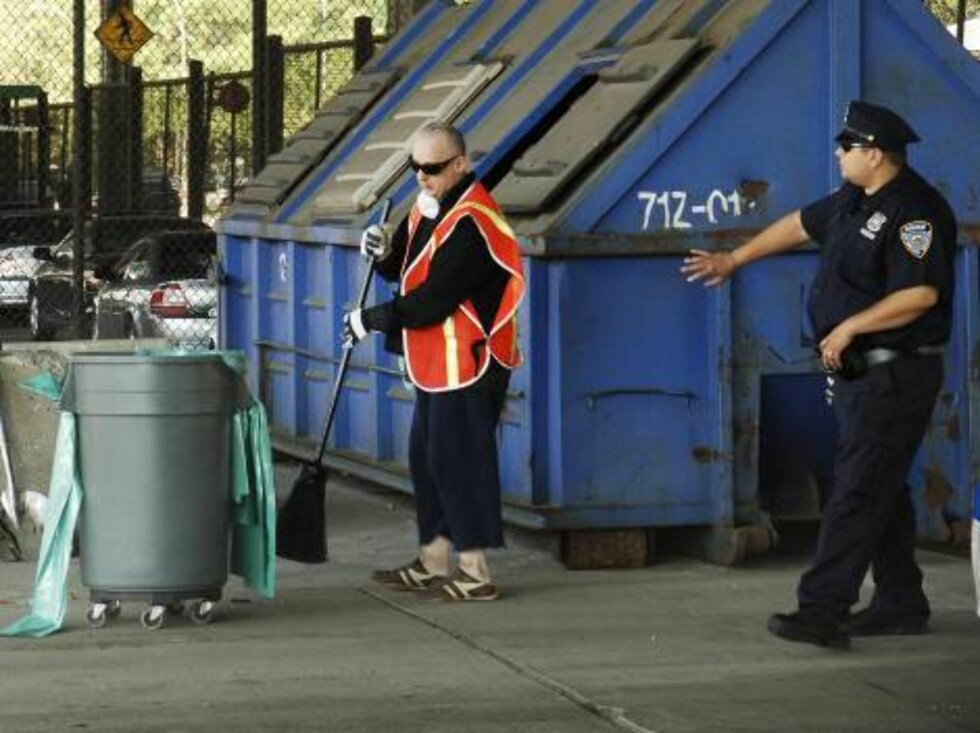 Boy George, who was born George O'Dowd, sweeps the inside of the sanitation depot uner the watchful eye of a police officer , Monday, Aug. 14, 2006, in New York. The one-time Culture Club singer was ordered to spend five days working for the Department of Foto: AP/Scanpix