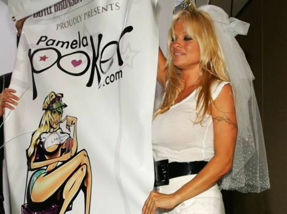 <strong>LAS VEGAS - JULY 26:</strong>  Actress Pamela Anderson picks up a promotional banner after it fell on her during a news conference at the 2006 World Series of Poker at the Rio Hotel & Casino to announce the launch of PamelaPoker.com July 26, 2006 in Las Vegas, Nev Foto: All Over Press