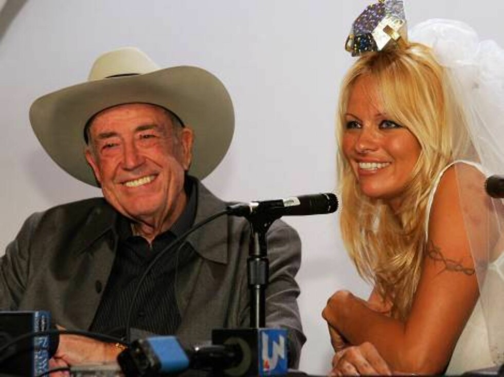 <strong>LAS VEGAS - JULY 26:</strong>  Actress Pamela Anderson (R) kisses poker legend Doyle Brunson during a news conference at the 2006 World Series of Poker at the Rio Hotel & Casino to announce the launch of PamelaPoker.com, Anderson's signature Internet poker site, J Foto: All Over Press