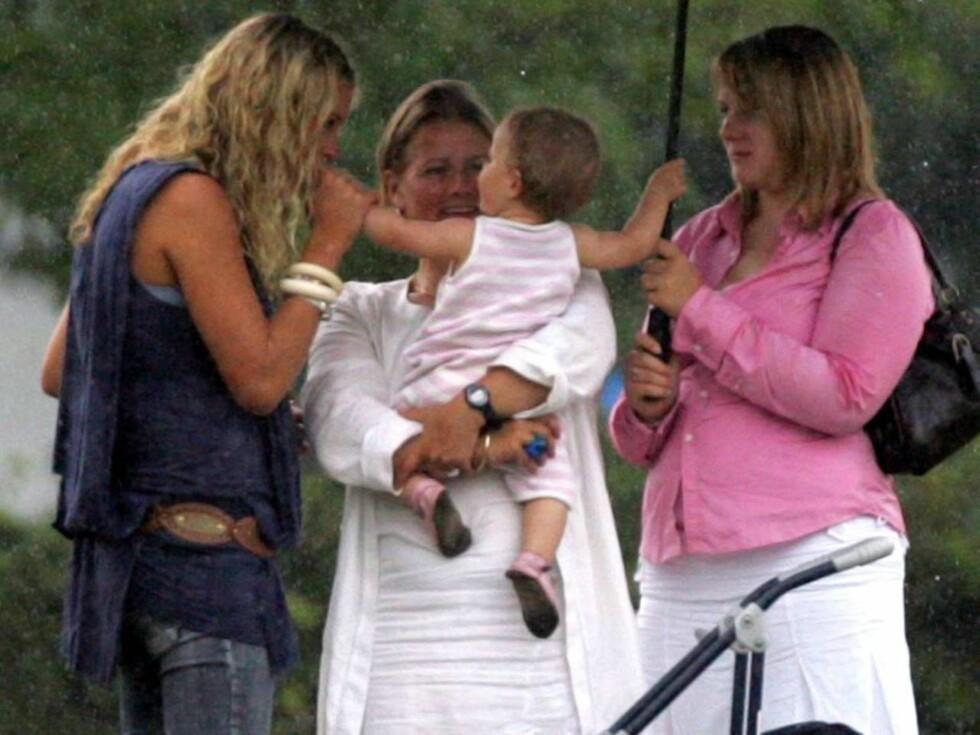 BABYFEBER: Chelsy hilste på den lille babyen ved å kysse de små fingrene. Nå drømmer hun om egne barn ! Foto: All Over Press