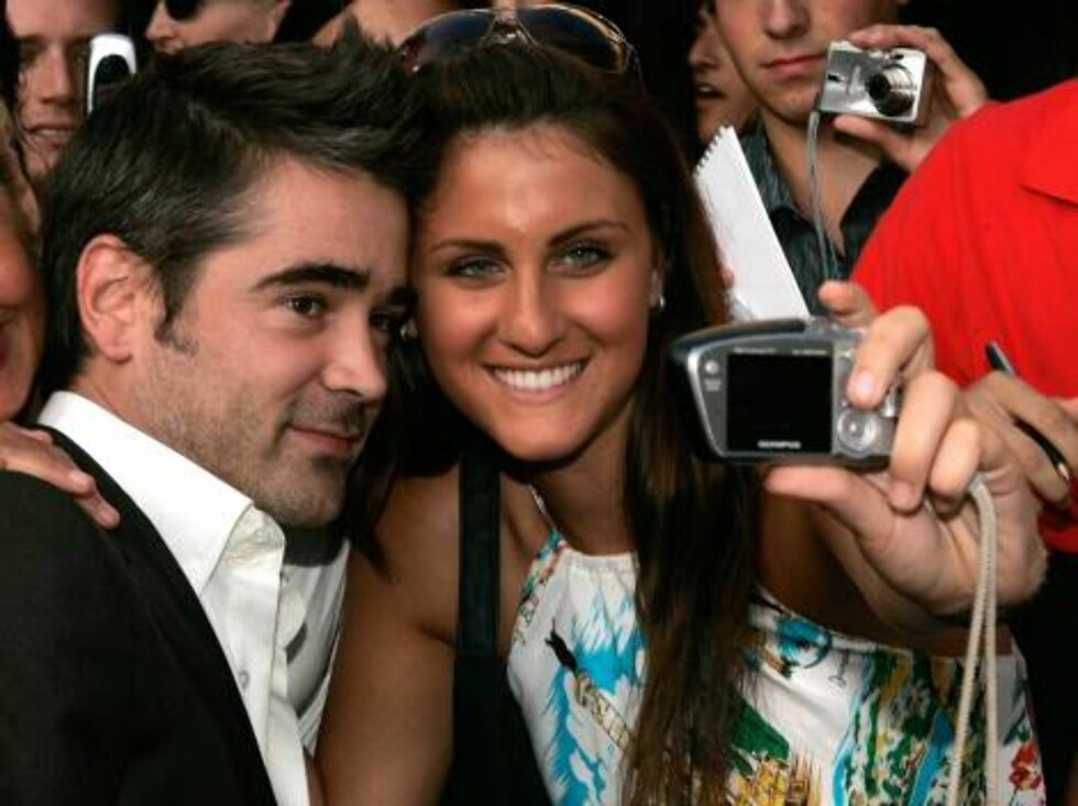 """<strong>WESTWOOD, CA - JULY 20:</strong>  Actor Colin Farrell poses for a photo with a fan as he arrive at the Universal Pictures premiere of """"Miami Vice"""" held at the Mann's Village Theatre on July 20, 2006 in Westwood, California.  (Photo by Kevin Winter/Getty Images) ** Foto: All Over Press"""