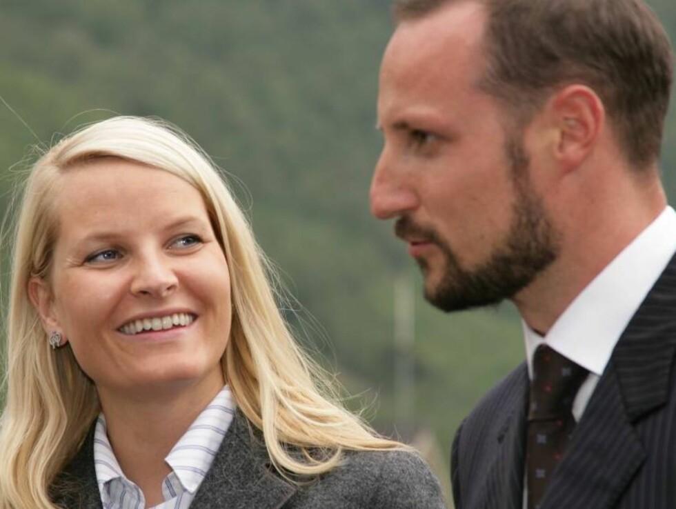 <strong>GÅRDBRUKERE:</strong> Mette-Marit og Haakon er kanskje Norges mest glamorøse bønder. Foto: Morten Eik, Se og Hør