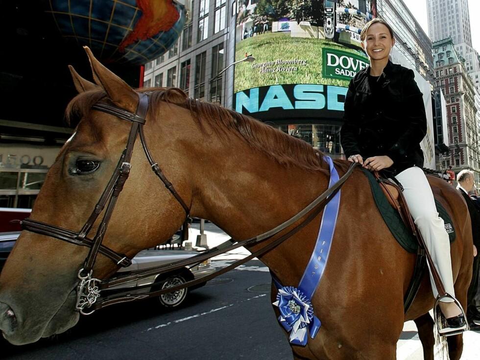 HESTEGAL: Georgina Bloomberg er datteren til New Yorks borgermester. Men hun har også tjent 1,8 millioner kroner på egenhånd. Foto: AP/Scanpix