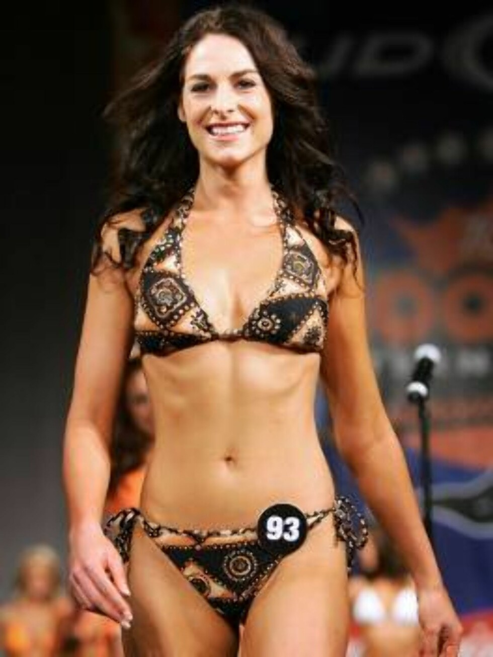 LAS VEGAS - JULY 24:  Michelle Hellyer of Australia competes in a preliminary preview of the 10th annual Hooters International Swimsuit Pageant at the Aladdin Casino & Resort June 24, 2006 in Las Vegas, Nevada. Over 120 Hooters girls who work in one of th Foto: All Over Press