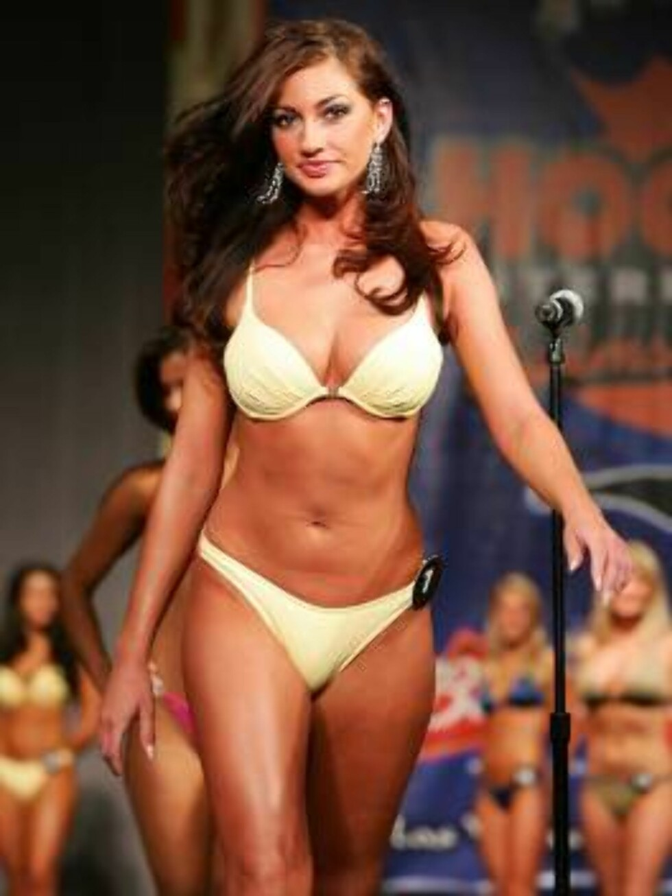 LAS VEGAS - JULY 24:  Alison Clay of Ohio competes in a preliminary preview of the 10th annual Hooters International Swimsuit Pageant at the Aladdin Casino & Resort June 24, 2006 in Las Vegas, Nevada. Over 120 Hooters girls who work in one of the company' Foto: All Over Press